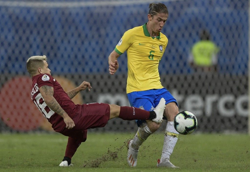 Brazil's Filipe Luis (R) is marked by Venezuela's Yeferson Soteldo during their Copa America football tournament group match at the Fonte Nova Arena in Salvador, Brazil, on June 18, 2019. (Photo by Juan MABROMATA / AFP)