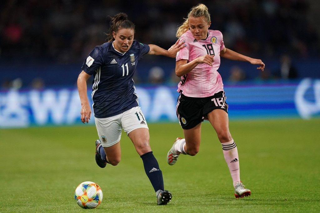 Argentina's forward Florencia Bonsegundo (L) vies with Scotland's forward Claire Emslie during the France 2019 Women's World Cup Group D football match between Scotland and Argentina, on June 19, 2019, at the Parc des Princes stadium in Paris. (Photo by Lionel BONAVENTURE / AFP)