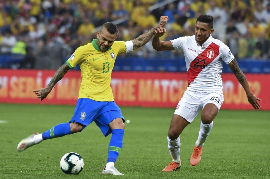 Brazil's Dani Alves (L) is marked by Peru's Christofer Gonzales during their Copa America football tournament group match at the Corinthians Arena in Sao Paulo, Brazil, on June 22, 2019. (Photo by Nelson ALMEIDA / AFP)