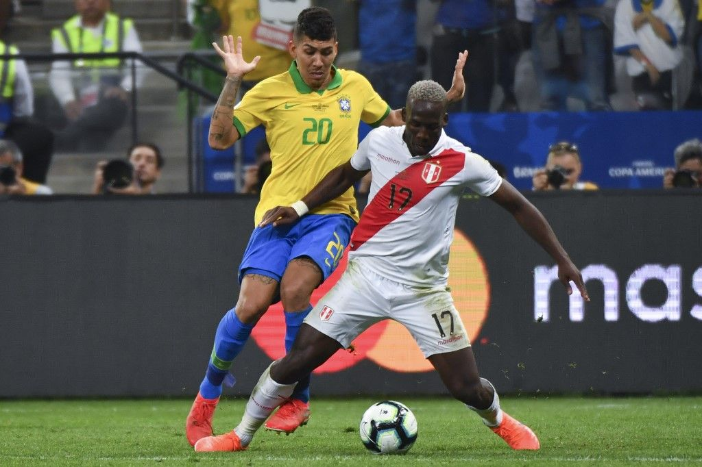 Brazil's Roberto Firmino (L) vies for the ball with Peru's Luis Advincula during their Copa America football tournament group match at the Corinthians Arena in Sao Paulo, Brazil, on June 22, 2019. (Photo by Nelson ALMEIDA / AFP)