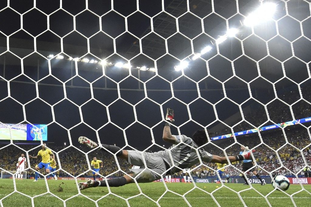 Peru's goalkeeper Pedro Gallese stops a penalty to Brazil's Gabriel Jesus (L in yellow) during their Copa America football tournament group match at the Corinthians Arena in Sao Paulo, Brazil, on June 22, 2019. (Photo by Nelson ALMEIDA / AFP)