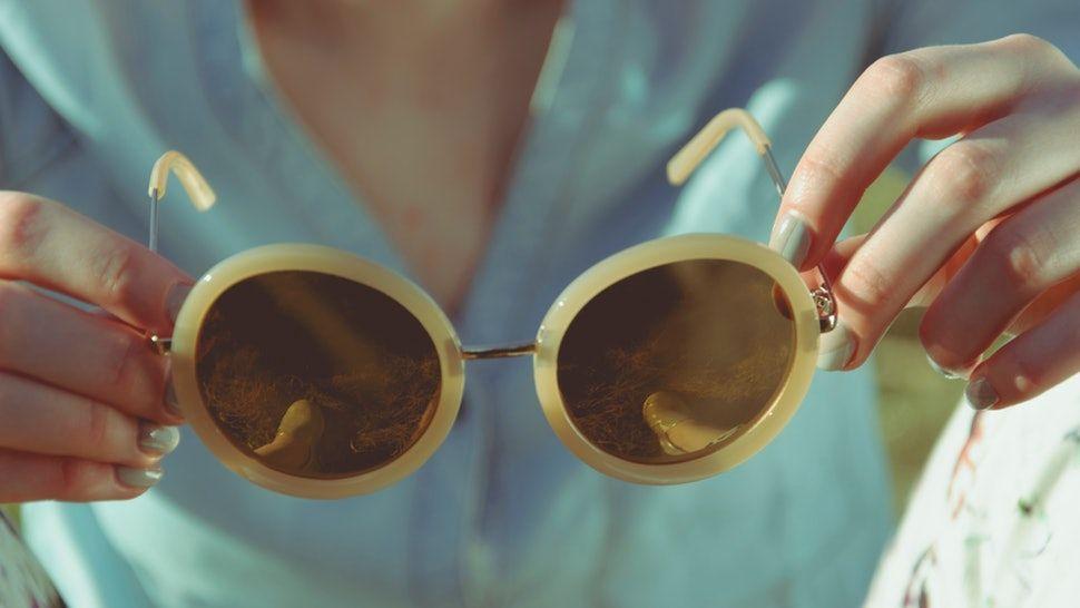 c87fb587e مع قدوم فصل الصيف لا يقل ارتداء النظارات الشمسية من الناحية الصحية عن  استخدام الكريم الواقي من الشمس للحفاظ على صحة العيون، والبشرة حولها، ولكن  يبقى اختيار ...