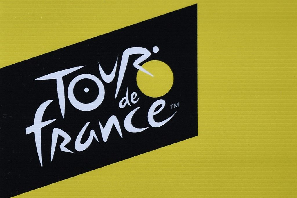 A picture taken on July 3, 2019 shows the logo of the Tour de France in Brussels centre, three days prior to the start of the 106th edition of the Tour de France cycling race. - On Saturday, July 6, the 106th edition of the Tour de France will start with a 194.5km stage in the region of Brussels, 100 years after the introduction of the yellow jersey and 50 years after Belgian legend Eddy Merckx won his first Tour. (Photo by JEFF PACHOUD / AFP)