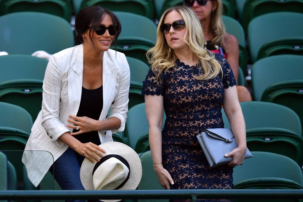 Britain's Meghan (L), Duchess of Sussex sits as she arrives to watch US player Serena Williams playing against Slovakia's Kaja Juvan during their women's singles second round match on the fourth day of the 2019 Wimbledon Championships at The All England Lawn Tennis Club in Wimbledon, southwest London, on July 4, 2019. (Photo by GLYN KIRK / AFP) / RESTRICTED TO EDITORIAL USE