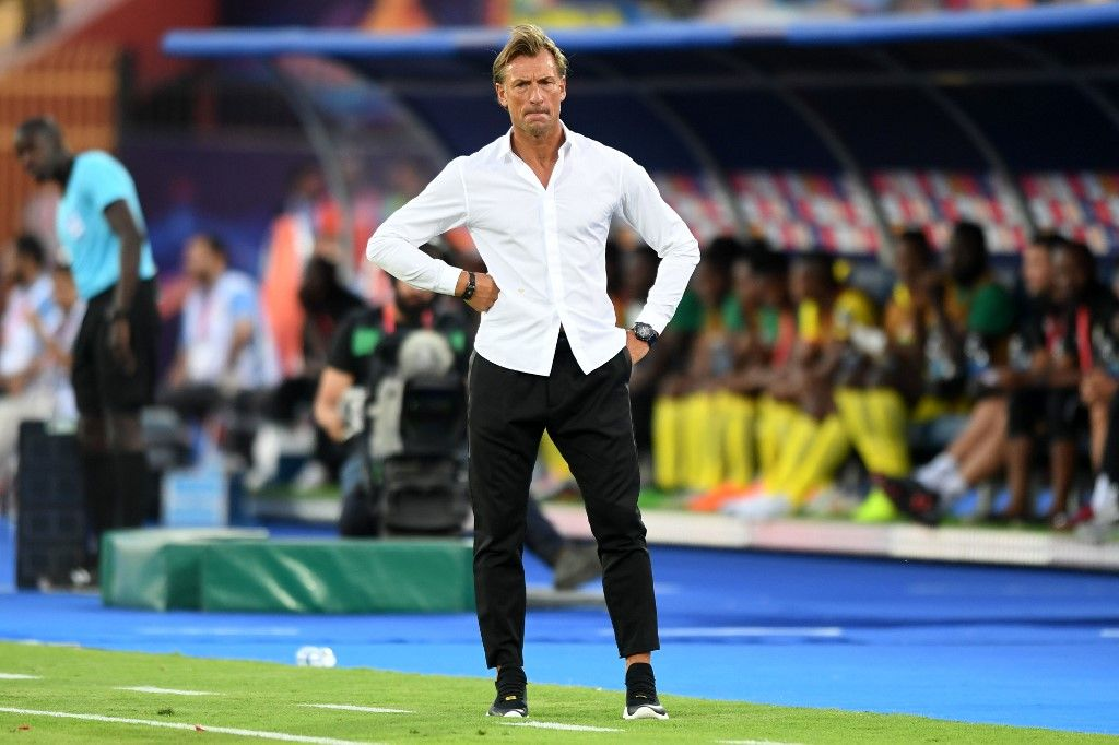 Morocco's coach Herve Renard gives his instructions during the 2019 Africa Cup of Nations (CAN) Round of 16 football match between Morocco and Benin at the Al-Salam Stadium in the Egyptian capital Cairo on July 5, 2019. (Photo by OZAN KOSE / AFP)