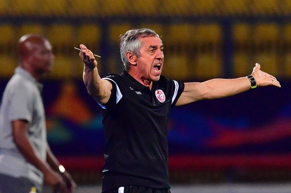Tunisia's coach Alain Giresse speaks to his players during the 2019 Africa Cup of Nations (CAN) Round of 16 football match between Ghana and Tunisia at the Ismailia Stadium in the Egyptian city on July 8, 2019. (Photo by Giuseppe CACACE / AFP)