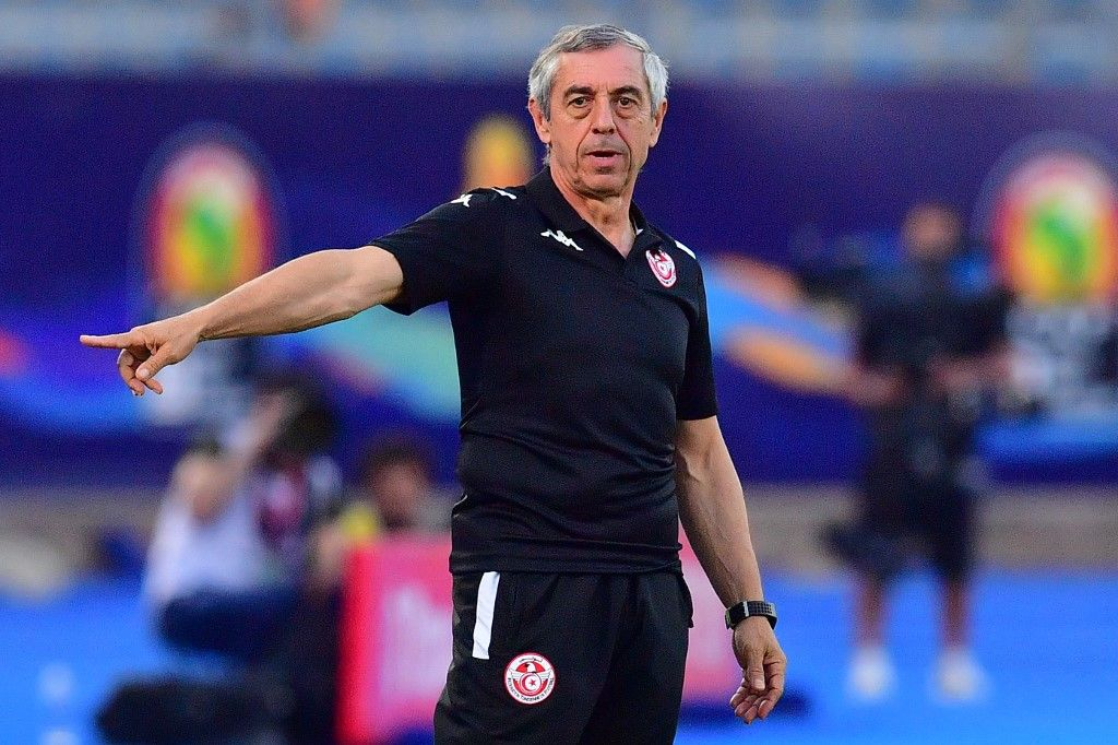 Tunisia's coach Alain Giresse gives his instructions during the 2019 Africa Cup of Nations (CAN) Semi-final football match between Senegal and Tunisia at the 30 June stadium in Cairo on July 14, 2019. (Photo by Giuseppe CACACE / AFP)