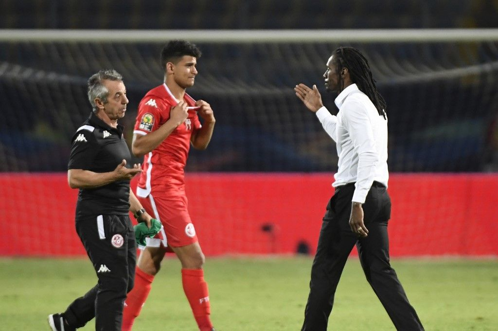 Senegal's coach Aliou Cisse (R) shakes hands with Tunisia's coach Alain Giresse after winning the 2019 Africa Cup of Nations (CAN) Semi-final football match between Senegal and Tunisia at the 30 June stadium in Cairo on July 14, 2019. (Photo by Khaled DESOUKI / AFP)