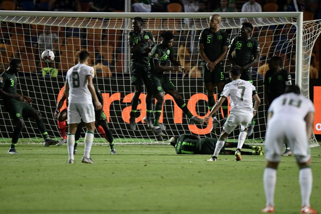 Algeria's forward Riyad Mahrez (R) scores from a free-kick during the 2019 Africa Cup of Nations (CAN) Semi-final football match between Algeria and Nigeria at the Cairo International stadium in Cairo on July 14, 2019. (Photo by JAVIER SORIANO / AFP)