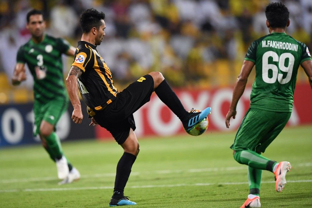 Zob Ahan SC's Iranian defender Milad Fakhreddini (R) fights for the ball with Ittihad FC's Chilean midfielder Luis Jimenez (C) during the AFC Champions League play-off football match between Saudi's al-Ittihad and Iran's Zob Ahan at the Zabeel stadium in Dubai on August 5, 2019. (Photo by Karim SAHIB / AFP)